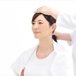 頭部から肩周辺の筋肉の凝りをほぐします